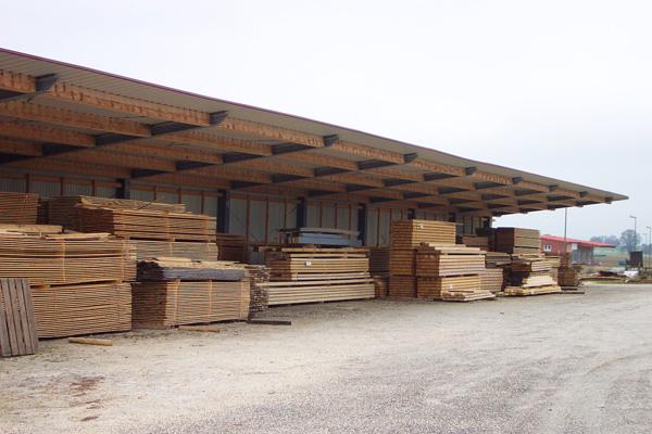 Trockenes, abgelagertes Holz durch eine überdachte Lagerfläche