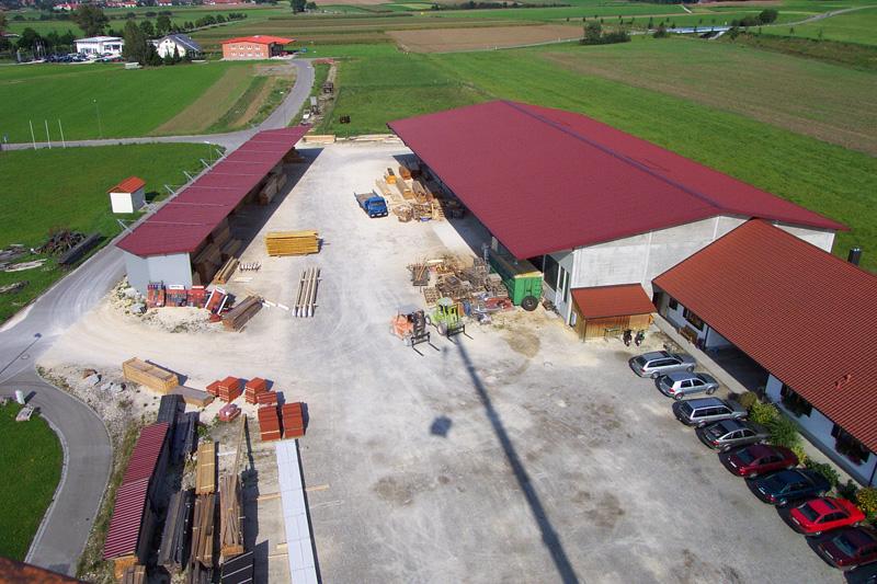 Betriebsgelände mit Produktionshalle und Büroräumen